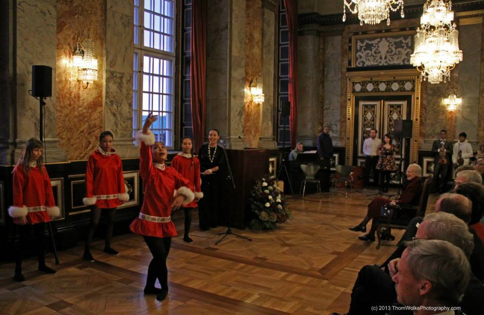 Children performing for the Danish Queen - Photo: Thom Wolke